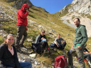 Gruppe macht Pause in den Bergen