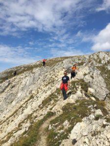 2 Männer beim überqueren eines Bergkammes