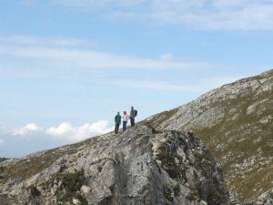 3 Personen auf der Bergspitze